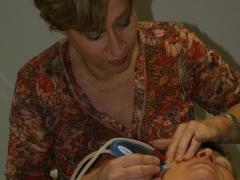 Marie-Thérèse bezig met microdermabrasie